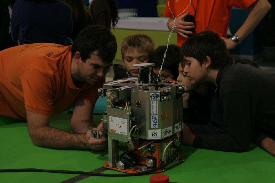 Les enfants serrent la pince du robot de l'insa