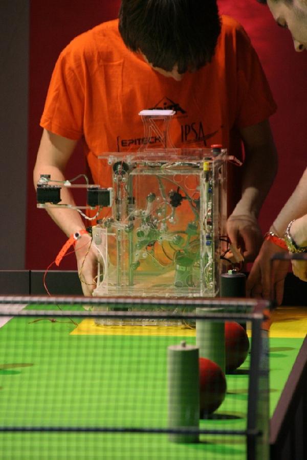 Un robot de plexi vetu