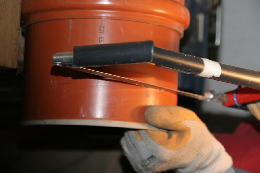 Réalisation d'un entaille à l'aide d'une scie à métau